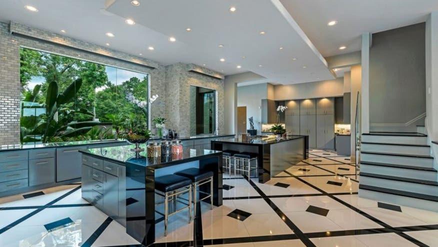 Giant-closet-mansion-family-kitchen-d584c0dab40e5510VgnVCM100000d7c1a8c0____