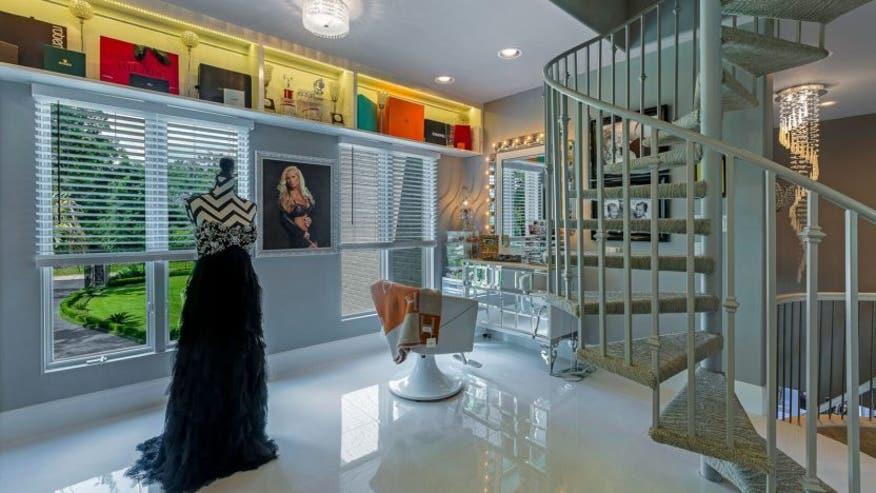 Giant-closet-mansion-salon-832x468-d584c0dab40e5510VgnVCM100000d7c1a8c0____