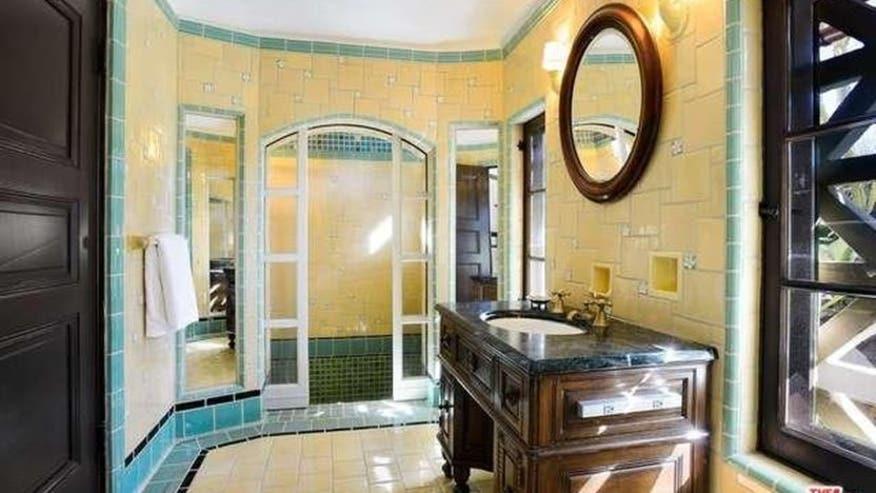 Getty-Estate-bathroom-832x468-62430a27cbb56510VgnVCM100000d7c1a8c0____