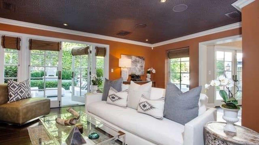 Joel-McHales-House-Family-Room-89be1bea6b6c6510VgnVCM200000d6c1a8c0____