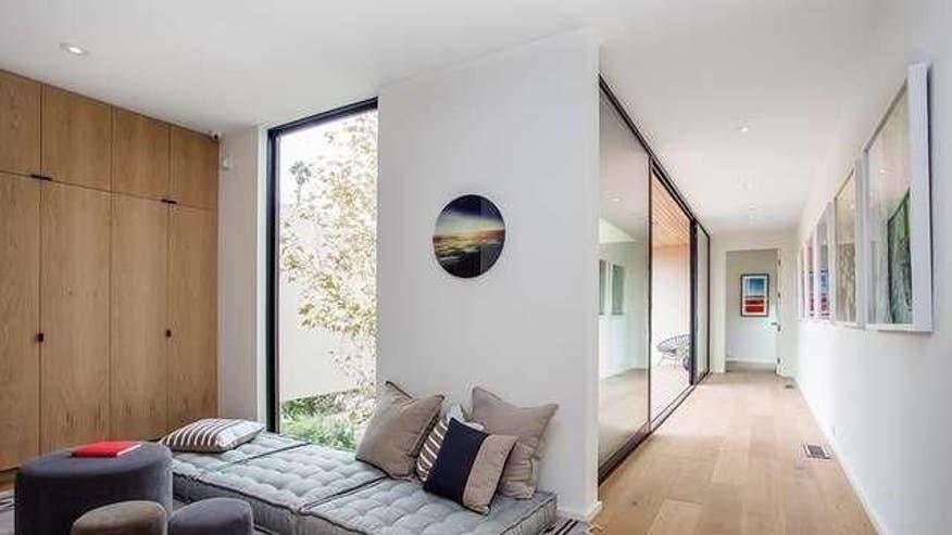 Marmol-Radziner-hallway-loft-6165b99dee347510VgnVCM100000d7c1a8c0____
