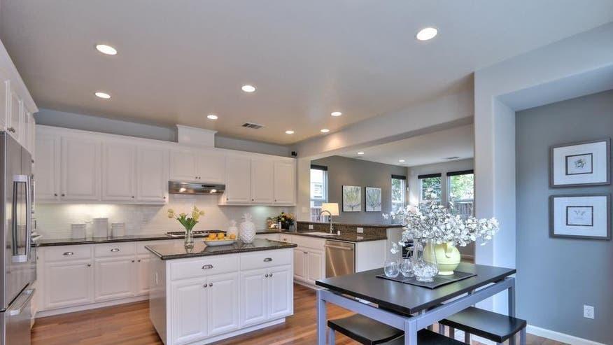1041-Garrity-Way-kitchen-677bd22a2b4c7510VgnVCM100000d7c1a8c0____