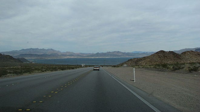 800px-US_93_S_between_Boulder_City_NV_and_the_Hoover_Dam.JPG