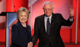 Los precandidatos presidenciales demócratas Hillary Clinton y Bernie Sanders posan para los fotógrafos y saludan a la audiencia antes de su debate organizado por MSNBC en la Universidad de New Hampshire, el jueves 4 de febrero de 2016, en Durham, New Hampshire. (Foto AP/David Goldman)
