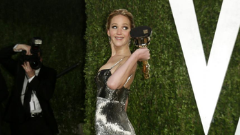 Posing%20with%20her%20award%20for%20Best%20Actress%20at%20the%202013%20Vanity%20Fair%20Oscars%20Party.%0A