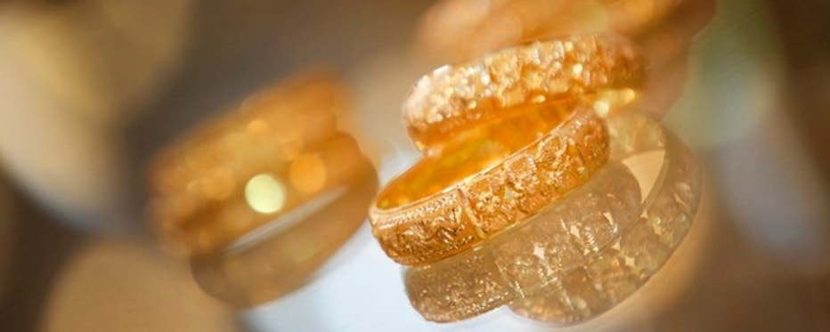 Gold bangles are displayed at a jewelry shop in Karachi November 24, 2009. Gold inched up on Tuesday as investors favored it as a hedge against medium-term dollar weakness and possible inflation, but remained below the previous session's record peak as the U.S. currency edged higher.  REUTERS/Akhtar Soomro (PAKISTAN BUSINESS)