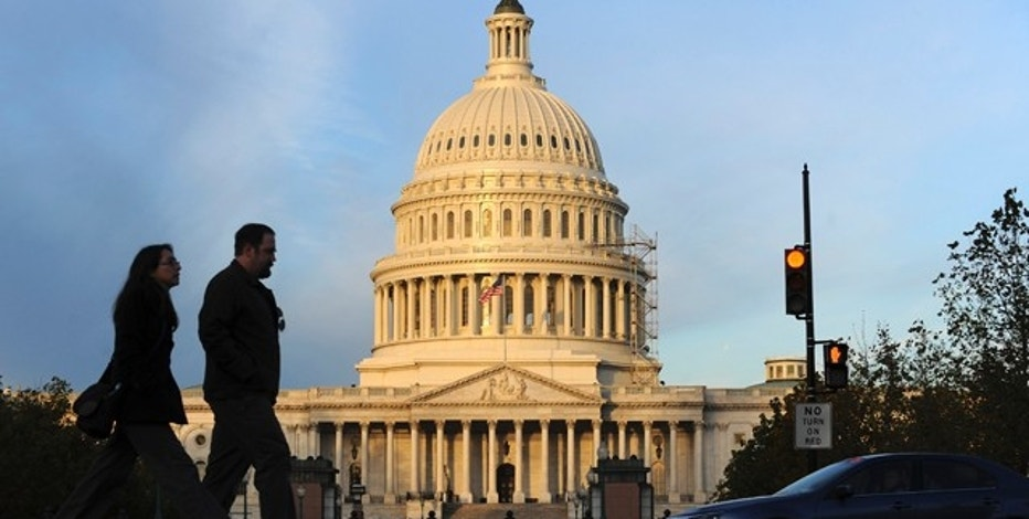 People walk past the U.S. Capitol on election day in Washington November 2, 2010.    REUTERS/Jonathan Ernst    (UNITED STATES - Tags: POLITICS ELECTIONS)