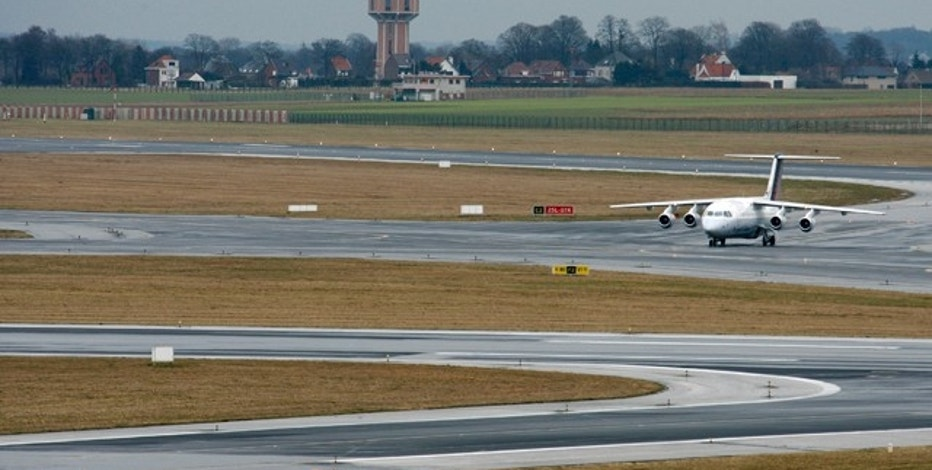 An aircraft travels on the runway of Brussels international airport in Zaventem February 26, 2010. The Belgian government reached an agreement on noise disturbance from planes flying into Brussels airport, further limiting night flights and calling for less noisy and environmentally friendly planes.   REUTERS/Thierry Roge   (BELGIUM - Tags: TRANSPORT BUSINESS ENVIRONMENT)
