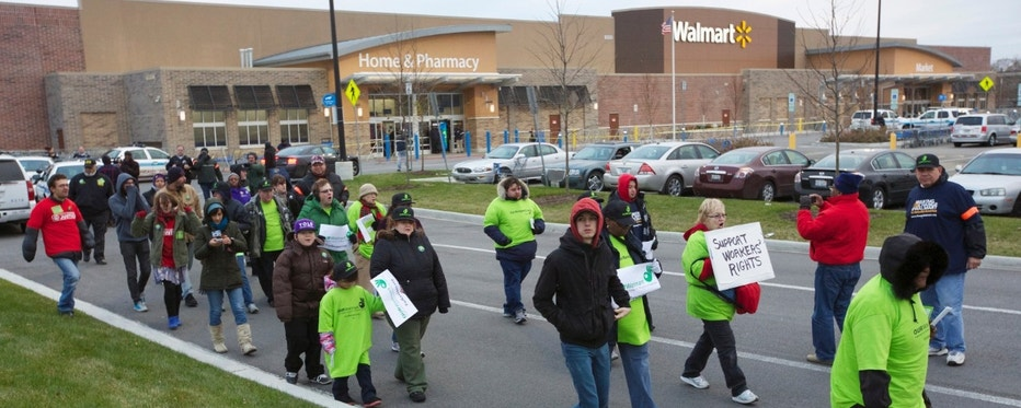 Protesters demonstrate outside a Walmart store in Chicago November 23, 2012. Black Friday, the day following the Thanksgiving Day holiday, has traditionally been the busiest shopping day in the United States. REUTERS/John Gress (UNITED STATES - Tags: BUSINESS EMPLOYMENT CIVIL UNREST POLITICS)