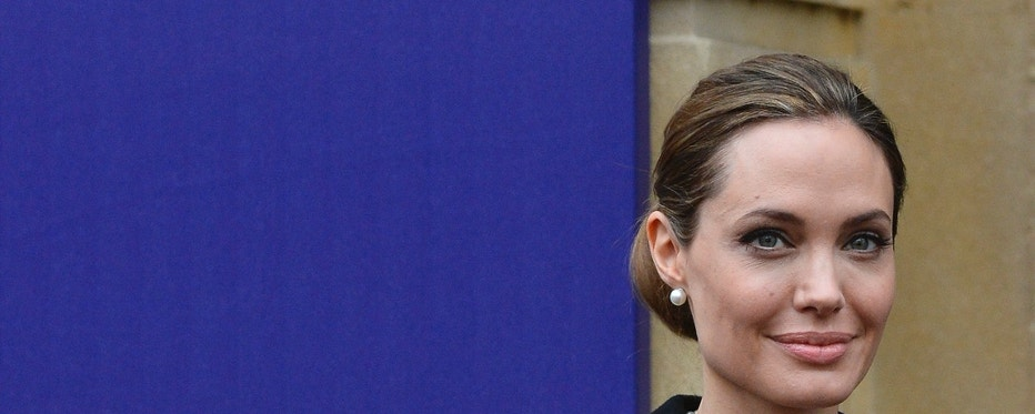 Actress Angelina Jolie poses for a photograph as she arrives for the G8 Foreign Ministers Meeting in central London April 11, 2013.   REUTERS/Toby Melville (BRITAIN - Tags: ENTERTAINMENT POLITICS SOCIETY) - RTXYHCJ