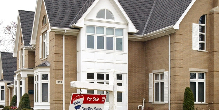 """PARK RIDGE, IL - MARCH 25:  A """"For Sale"""" sign swings in a breeze in front of a single-family home for sale March 25, 2004 in Park Ridge, Illinois. Sales of existing single-family homes rose in February, increasing approximately two percent from January.  (Photo by Tim Boyle/Getty Images)"""