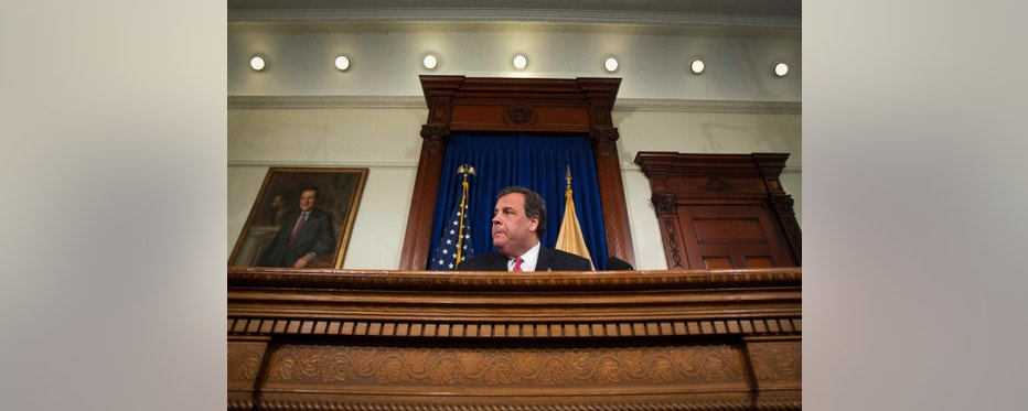 New Jersey Governor Chris Christie gives a news conference in Trenton January 9, 2014.  Christie announced on Thursday he had fired a top aide at the center of a brewing scandal that public officials orchestrated a massive traffic snarl on the busy George Washington Bridge to settle a political score.  REUTERS/Carlo Allegri (UNITED STATES - Tags: POLITICS)