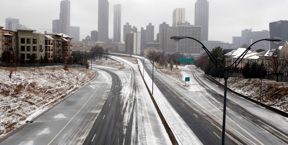 The road is empty leading out of downtown Atlanta as drivers heeded advice to not drive during an ice storm in Atlanta, Georgia, February 12, 2014. A deadly winter storm brought heavy snow, freezing rain and a possibly historic accumulation of ice to the southeastern United States on Wednesday, causing hundreds of thousands of power outages and treacherous driving conditions, meterologists said.    REUTERS/Tami Chappell (UNITED STATES - Tags: CITYSPACE TPX IMAGES OF THE DAY ENVIRONMENT)
