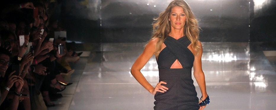Brazilian model Gisele Bundchen presents a creation from Colcci's Summer 2015 collection at Sao Paulo Fashion Week in Sao Paulo April 2, 2014.  REUTERS/Nacho Doce (BRAZIL - Tags: FASHION ENTERTAINMENT) - RTR3JPPH