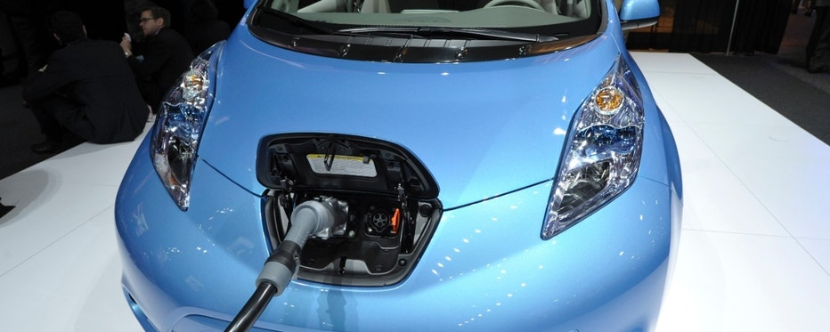 The Nissan Leaf electric vehicle is shown plugged in during the final press preview day for the North American International Auto Show in Detroit, Michigan, January 10, 2012. REUTERS/Mike Cassese (UNITED STATES  - Tags: TRANSPORT BUSINESS)