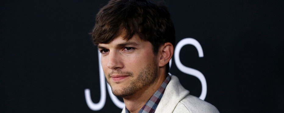 """Cast member Ashton Kutcher poses at the premiere of """"Jobs"""" in Los Angeles, California August 13, 2013. The movie opens in the U.S. on August 16.  REUTERS/Mario Anzuoni  (UNITED STATES - Tags: ENTERTAINMENT) - RTX12KKH"""