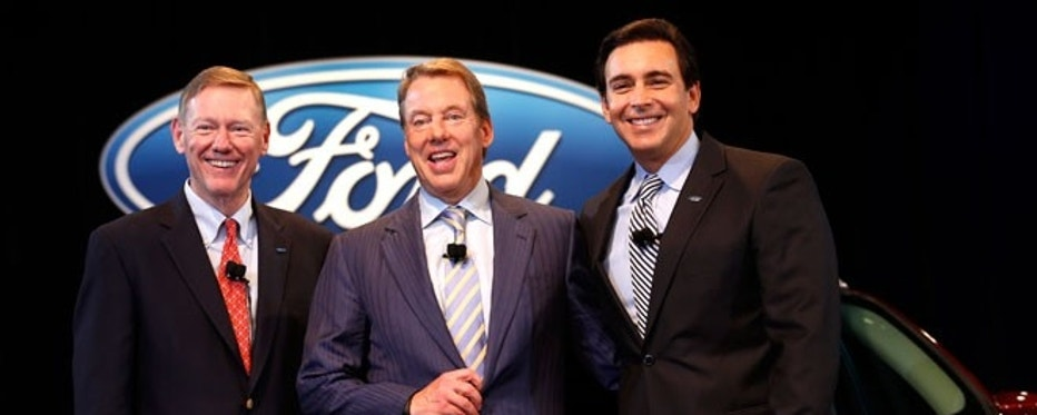 Ford Motor CEO and President Alan Mulally (L) stands with Executive Chairman Bill Ford (C) and COO Mark Fields after announcing Fields will replace Mulally as CEO on July 1 during a news conference in Dearborn, Michigan May 1, 2014.