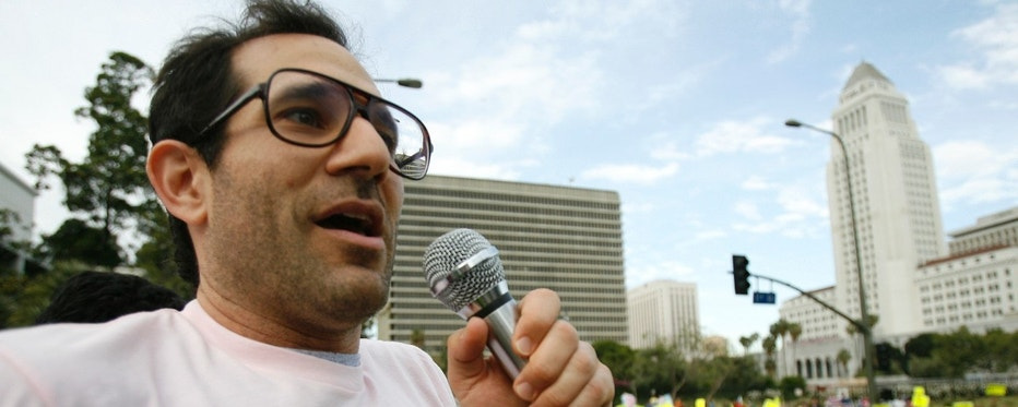American Apparel owner Dov Charney speaks during a May Day rally protest march for immigrant rights, in downtown Los Angeles May 1, 2009. Groups of mostly Hispanic protesters waved flags and chanted in pro-immigration May Day rallies across the United States on Friday, but many of the demonstrations drew smaller numbers than in recent years.  REUTERS/Mario Anzuoni   (UNITED STATES POLITICS EMPLOYMENT BUSINESS CONFLICT SOCIETY) - RTXEN8I