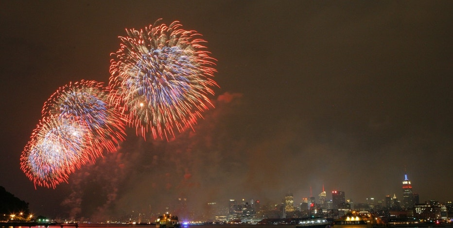 Fireworks explode over the Hudson River and the skyline of New York during the Macy's Independence Day celebration as seen from Hoboken, New Jersey, July 4, 2012. REUTERS/Eduardo Munoz (UNITED STATES - Tags: ANNIVERSARY SOCIETY) - RTR34LVL