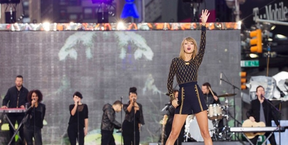 "Singer Taylor Swift performs on ABC's ""Good Morning America"" to promote her new album ""1989"" in New York, October 30, 2014. REUTERS/Lucas Jackson (UNITED STATES - Tags: ENTERTAINMENT) - RTR4C79A"