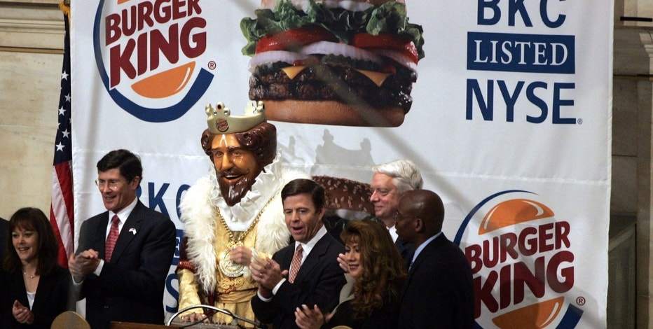 "Burger King CEO John W. Chidsey (C, right of mascot ""The King"") claps with other Burger King representatives and NYSE CEO John Thain (2nd L) after ringing the opening bell of the New York York Stock Exchange May 18, 2006. Shares of Burger King Holdings Inc., the world's second-largest hamburger chain, rose as much as 6 percent on Thursday in their market debut, a sign of strength for IPOs despite a slump in the stock market. REUTERS/Shannon Stapleton - RTR1DI6I"