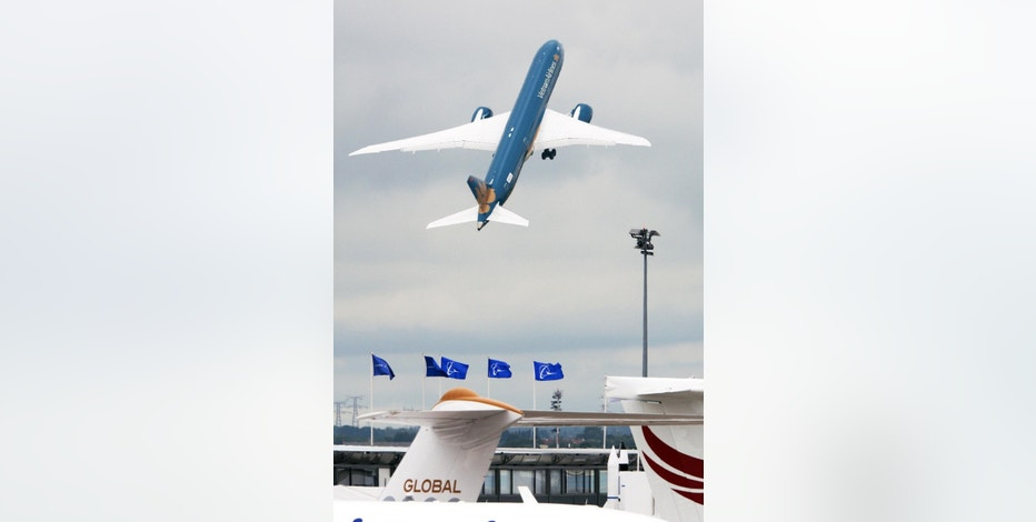 The Boeing B787-9 Dreamliner takes off for its demonstation flight at the Paris Air Show in Le Bourget, north of Paris, Thursday June 18, 2015. Some 300,000 aviation professionals and spectators are expected at this week's Paris Air Show, coming from around the world to make business deals and see dramatic displays of aeronautic prowess and the latest air and space technology. (AP Photo/Remy de la Mauviniere)