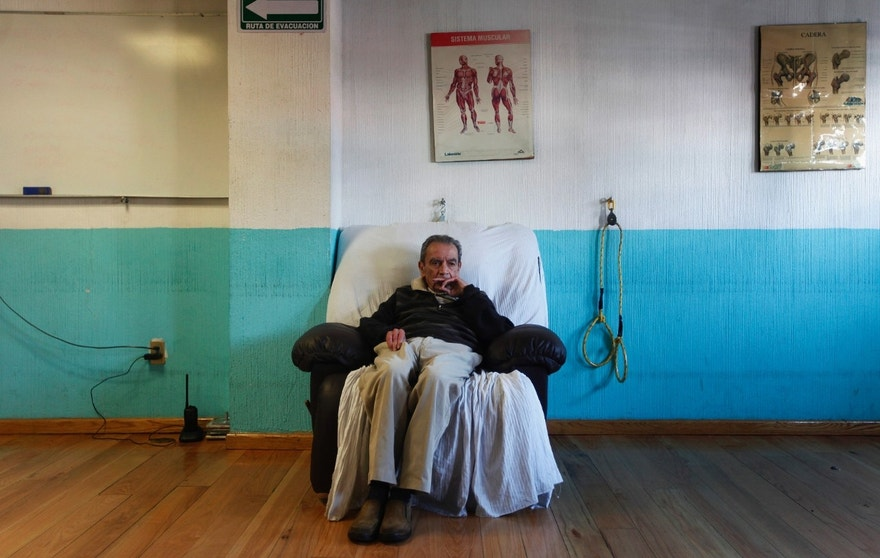 An Alzheimer's patient is seen sitting after a therapy session inside the Alzheimer foundation in Mexico City April 19, 2012. Alzheimer's is a progressive, degenerative disease that robs people of memory, reasoning and the ability to communicate. About 24 million people worldwide have the disease according to the World Health Organization. In Mexico, 600,000 Mexicans out of 9 million adults over the age 60 suffer from Alzheimer's, according to the Institute of Geriatrics (INGER). Picture taken April 19, 2012. REUTERS/Edgard Garrido (MEXICO - Tags: HEALTH SOCIETY) - RTR310LY