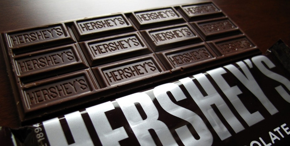 Hershey's chocolate bars are shown in this photo illustration in Encinitas, California January 29, 2015.  Chocolate maker Hershey Co reported a lower-than-expected quarterly revenue as demand for bakery and meat snacks hurt chocolate sales.   REUTERS/Mike Blake  (UNITED STATES - Tags: BUSINESS LOGO) - RTR4NIHK