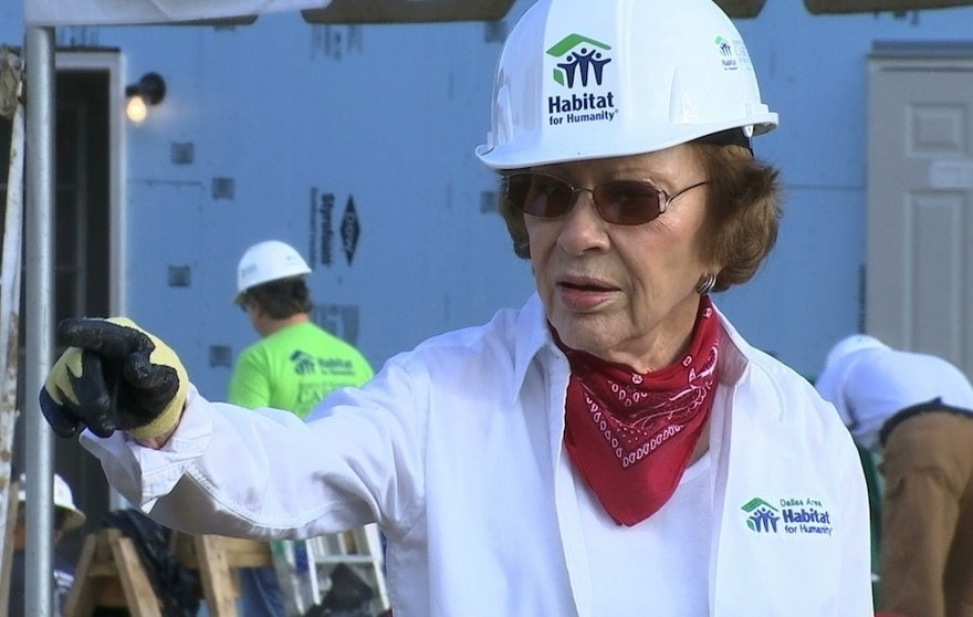 Former U.S. first lady Rosalynn Carter helps build a home in Memphis, Tenn., for Habitat for Humanity on Mon., Aug. 22, 2016, along with former President Jimmy Carter (unseen). (AP Photo/Alex Sanz)