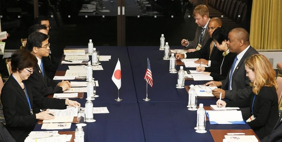 In this Friday, Sept. 23, 2016 photo, U.S. Transportation Secretary Anthony Foxx, second right, talks with Japan's Land, Infrastructure, Transport and Tourism Minister Keiichi Ishii, second left, during their meeting held on the sidelines of G7 Transport Ministers' meeting in Karuizawa, Nagano Prefecture, north of Tokyo. Foxx says his counterpart ministers from the Group of Seven nations welcomed the new U.S. guidelines on regulating self-driving cars at a weekend meeting in Japan, and they agreed to work together to maintain safety. (Junko Ozaki/Kyodo News via AP)