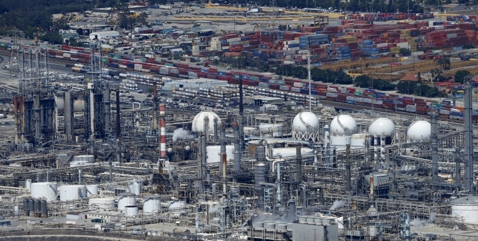 The Phillips 66 refinery is viewed from the air in Carson, California August 5, 2015.   REUTERS/Mike Blake