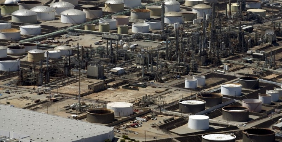 The Phillips 66 oil refinery is viewed from the air in Carson, California August 5, 2015.   REUTERS/Mike Blake