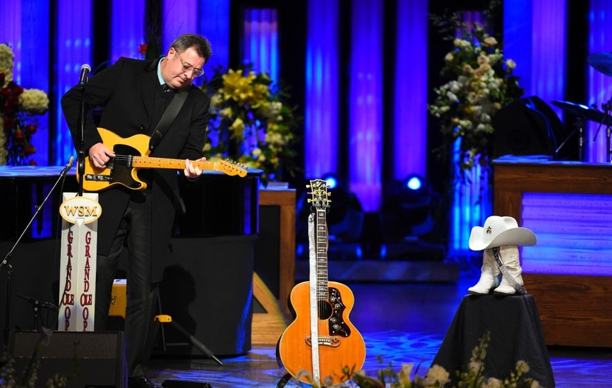 Singer Vince Gill performs during a remembrance service for country music legend Little Jimmy Dickens during a public memorial service at the Grand Ole Opry House in Nashville, Tennessee, January 8, 2015. Dickens, the longest-running cast member of country music's most venerable venue, died January 2, 2015 at the age of 94, the Opry said. REUTERS/Harrison McClary  (UNITED STATES - Tags: ENTERTAINMENT OBITUARY SOCIETY) - RTR4KMS7