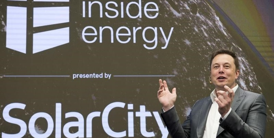 Elon Musk, Chairman of SolarCity and CEO of Tesla Motors, speaks at SolarCity's Inside Energy Summit in Manhattan, New York October 2, 2015.     REUTERS/Rashid Umar Abbasi/File Photo