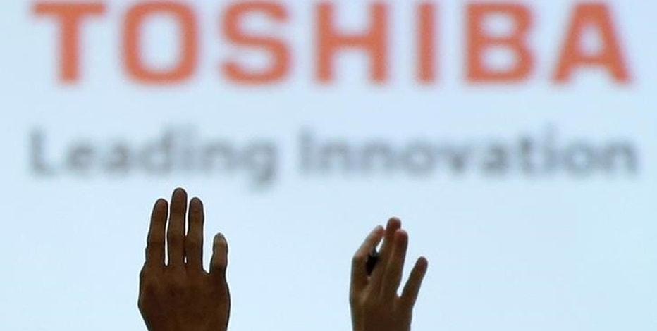 FILE PHOTO -  Reporters raise their hands for a question during a news conference by Toshiba Corp CEO Satoshi Tsunakawa and other senior sompany officials at the company's headquarters in Tokyo, Japan February 14, 2017. REUTERS/Toru Hanai/File Photo