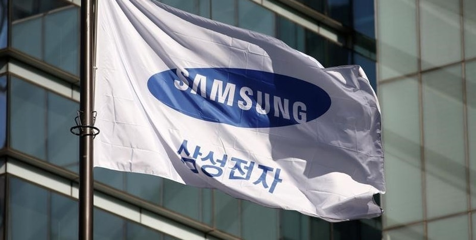 A flag bearing the logo of Samsung Electronics is pictured at its headquarters in Seoul, South Korea, November 29, 2016.  REUTERS/Kim Hong-Ji