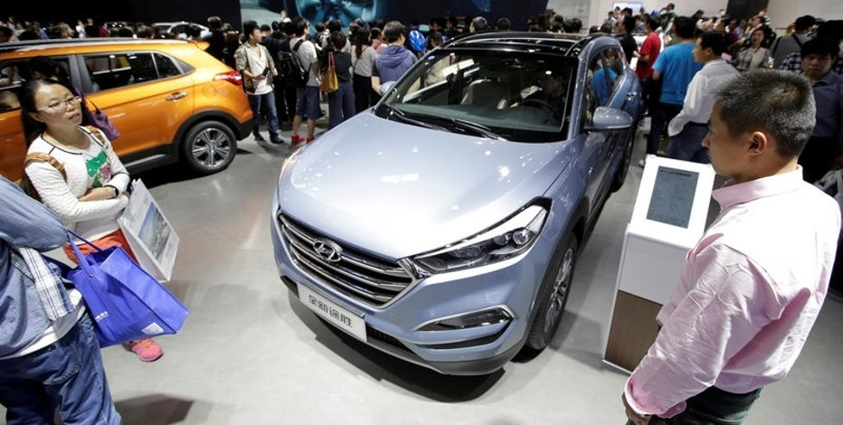 FILE PHOTO: Visitors walk around the new Hyundai Tucson during Auto China 2016 auto show in Beijing, China, May 4, 2016. REUTERS/Jason Lee/File Photo