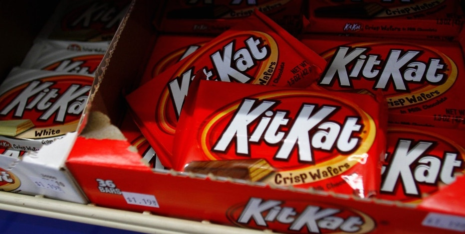 Kit Kat crisp wafers, a Hershey product, are displayed at a gas station in Phoenix, Arizona October 27, 2011. Hershey Co said sales and earnings growth would slow next year, as costs for ingredients remain high, sending its shares down 4 percent. The company, whose shares have outperformed its peers this year, forecast 2012 sales and earnings growth in line with its long-term targets, which call for increases of 3 percent to 5 percent for sales and 6 to 8 percent for earnings. REUTERS/Joshua Lott (UNITED STATES - Tags: BUSINESS FOOD) - RTR2TABT