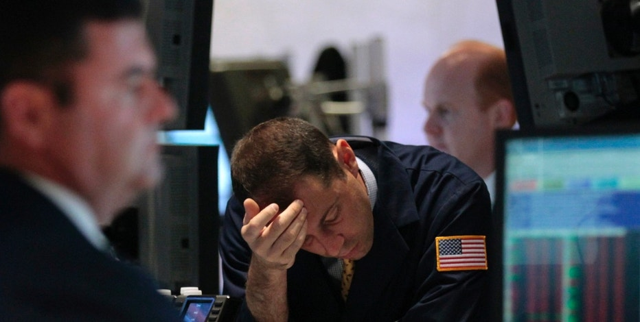 Traders work on the floor of the New York Stock Exchange September 22, 2011.  Stocks tumbled on Thursday, extending losses for a fourth straight session, as the Federal Reserve's weak outlook for the U.S. economy and disappointing data China heightened fears about a global recession.    REUTERS/Brendan McDermid (UNITED STATES - Tags: BUSINESS)