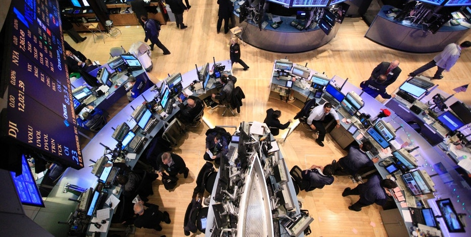 Traders work on the floor of the New York Stock Exchange December 13, 2011.     REUTERS/Brendan McDermid (UNITED STATES - Tags: BUSINESS)