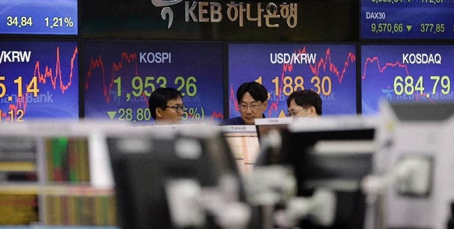 Currency traders work at the foreign exchange dealing room of the KEB Hana Bank headquarters in Seoul, South Korea, Wednesday, Sept. 23, 2015. Asian stock markets declined Wednesday as a global sell-off given impetus by the Volkswagen emissions scandal was exacerbated by weak Chinese factory data.(AP Photo/Ahn Young-joon)