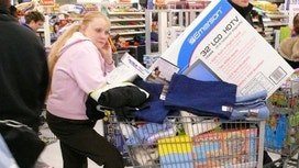 Market Pros Fear Recession, Consumers Not So Much