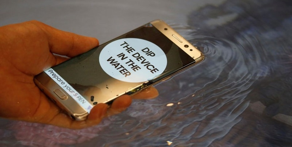 A model demonstrates waterproof function of Galaxy Note 7 new smartphone during its launching ceremony in Seoul, South Korea, August 11, 2016.  REUTERS/Kim Hong-Ji/File Photo