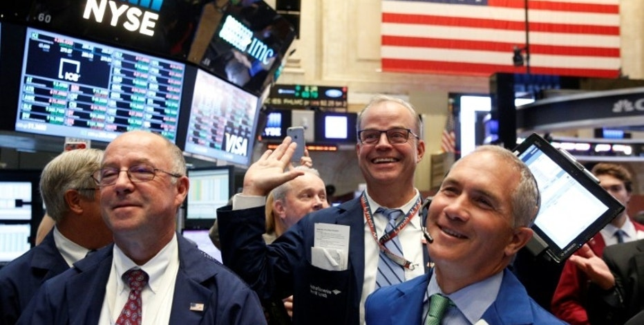 Traders react while working on the floor of the New York Stock Exchange (NYSE) in New York City, U.S., September 15, 2016.  REUTERS/Brendan McDermid