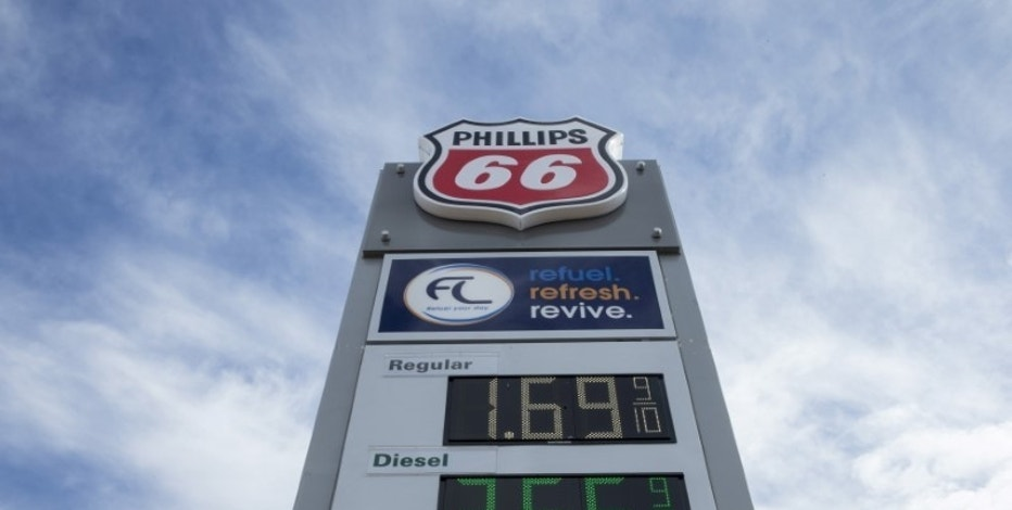 Gasoline prices are displayed at a Phillips 66 station in Moscow Mills, Missouri January 17, 2015.  REUTERS/Whitney Curtis/File Photo