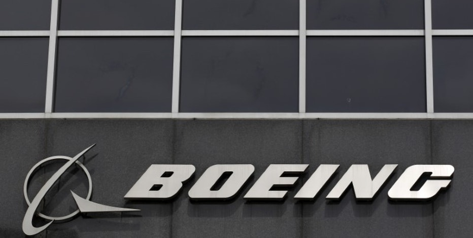 The Boeing logo is seen at their headquarters in Chicago, in this April 24, 2013 file photo.  REUTERS/Jim Young/File Photo - RTX2BW1T