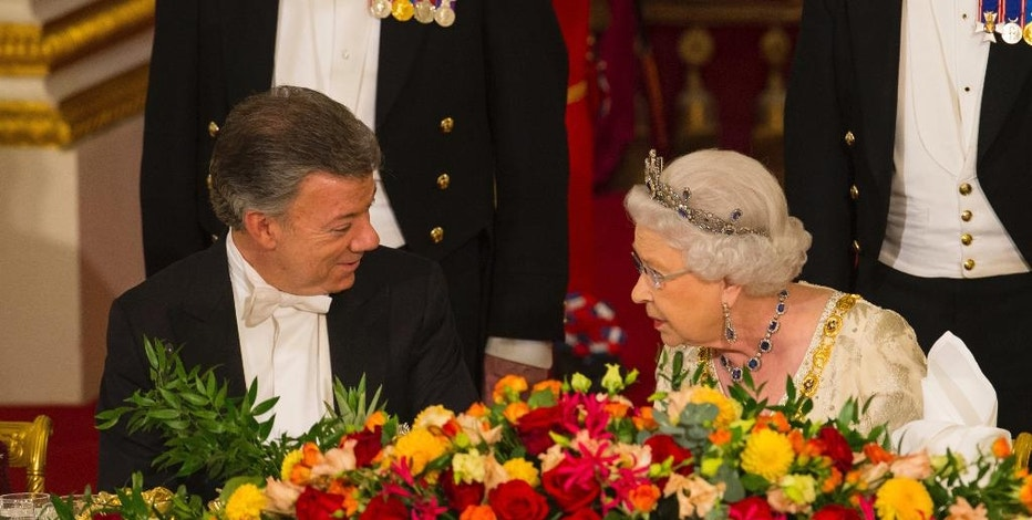 Britain's Queen Elizabeth II talks with Colombia's president Juan Manuel Santos during a state banquet at Buckingham Palace in London, Tuesday Nov. 1, 2016. This year's Nobel Peace Prize laureate the President of Colombia Juan Manuel Santos and his wife Maria Clemencia Rodriguez are on a three day state visit to Britain. (Dominic Lipinski/Pool via AP)