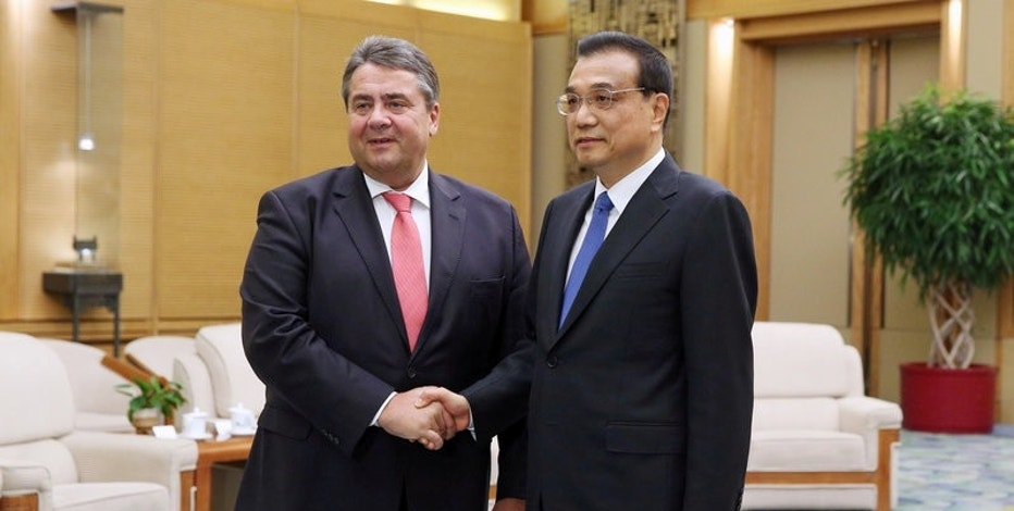 German Economy Minister Sigmar Gabriel shakes hands with Chinese Premier Li Keqiang ahead of their meeting at the Great Hall of the People in Beijing, China, 01 November 2016. REUTERS/Wu Hong/Pool