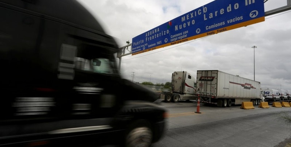 Trucks wait in a queue for border customs control to cross into U.S. at the World Trade Bridge in Nuevo Laredo, Mexico, November 2, 2016. REUTERS/Daniel Becerril