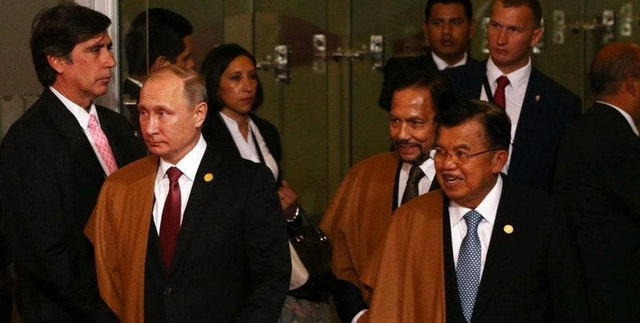 Russia's President Vladimir Putin (L), Brunei's Sultan Hassanal Bolkiah (C) and Indonesia's Vice President Jusuf Kallar arrive for a family photo during the APEC (Asia-Pacific Economic Cooperation) Summit in Lima, Peru, November 20, 2016.   REUTERS/Mariana Bazo